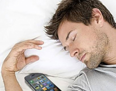 Photo of ماذا يحدث عندما تنام بقرب الهاتف عزيزي المستخدم؟