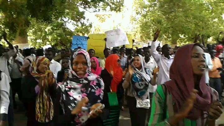 Photo of سودانيون يطلقون دعوة لعصيان مدني يستمر ثلاثة أيام