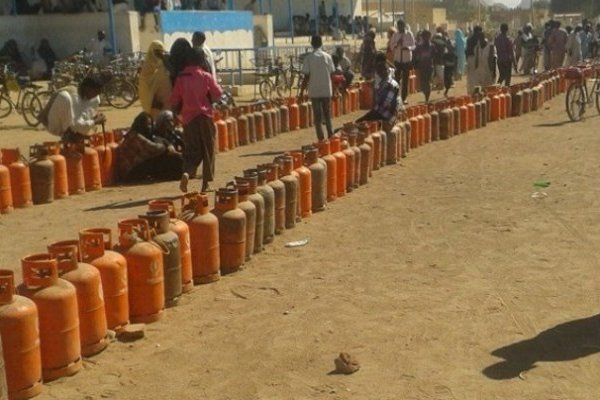 Photo of بعد ارتفاع اسعار الغاز .. مواطنون : (المسؤولين ما بحسو بمعاناة المواطن لان الغاز بوصلوا حدي بيتو)
