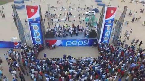 Photo of صاحب شركة يمنع مذيعة من الصعود الى المسرح بسبب (أزيائها الفاضحة)