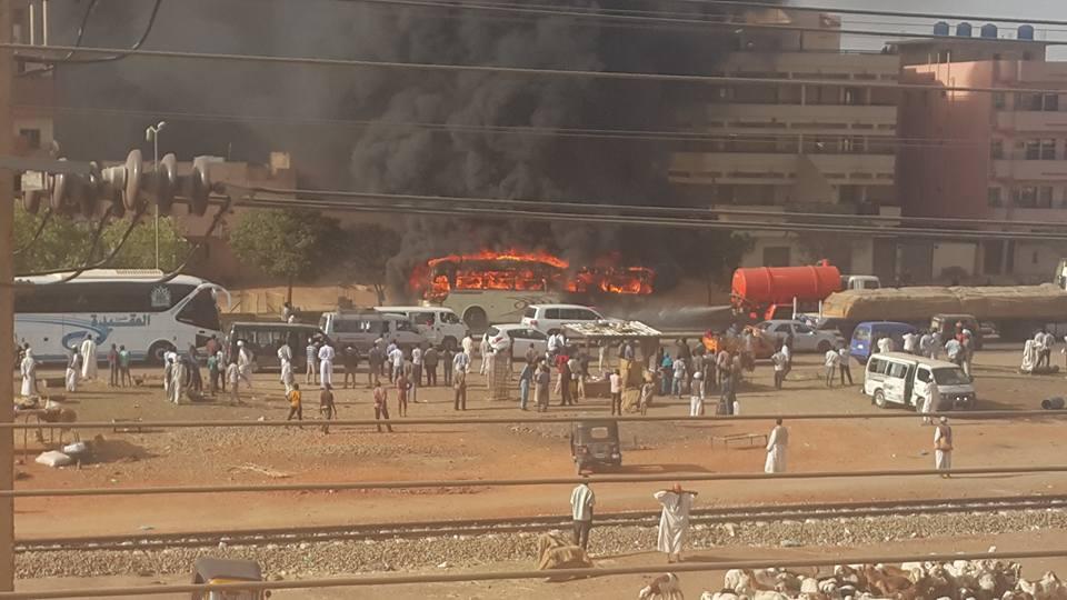 Photo of عاجل : احتراق باص سفري و سيارة الصرف الصحي تحاول إطفاء الحريق