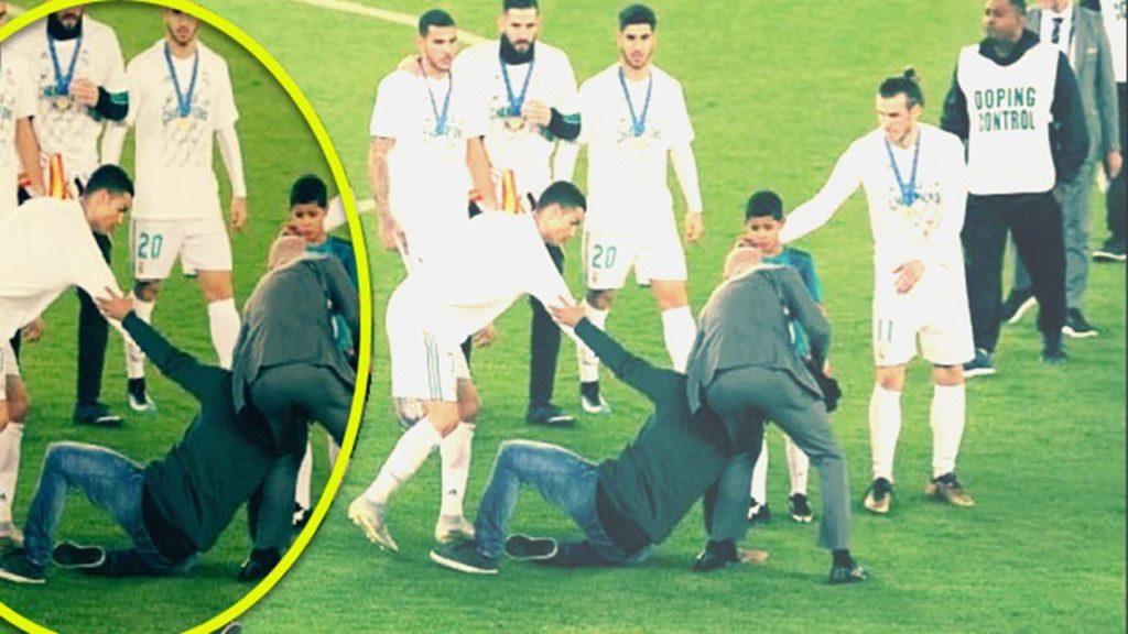 """Photo of شاهد..ردت فعل """"رونالدو"""" بعد التدخل العنيف من أحد الجماهير"""