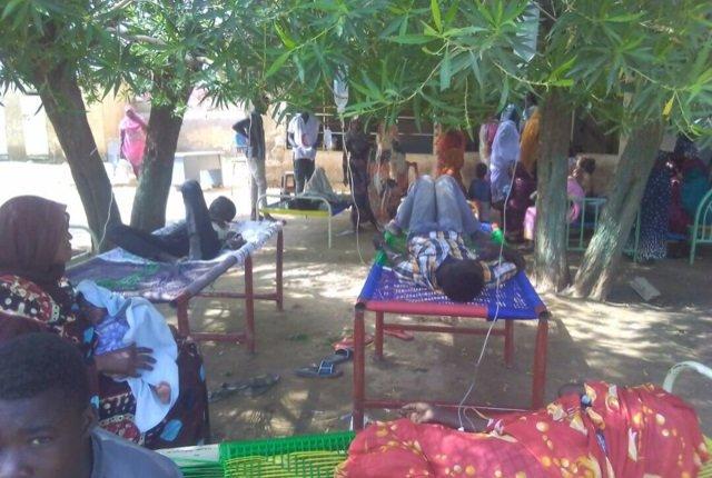 Photo of فضيحة طبية.. عمليات تجرى بمستشفى تندلتي تحت الأشجار