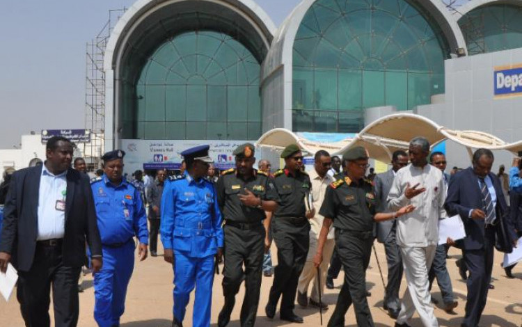 وزير الدفاع يزور المطار