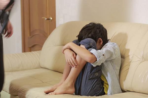 Photo of لا يستطيع النوم إلّا جالساً.. مواطن يناشد علاج ابنه