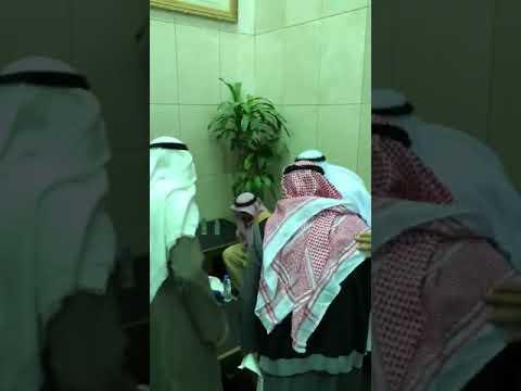"Photo of بالفيديو ..إمام المسجد الحرام ""السديس"" يُقبّل يد خطاط المصحف عثمان طه بالمدينة المنورة"