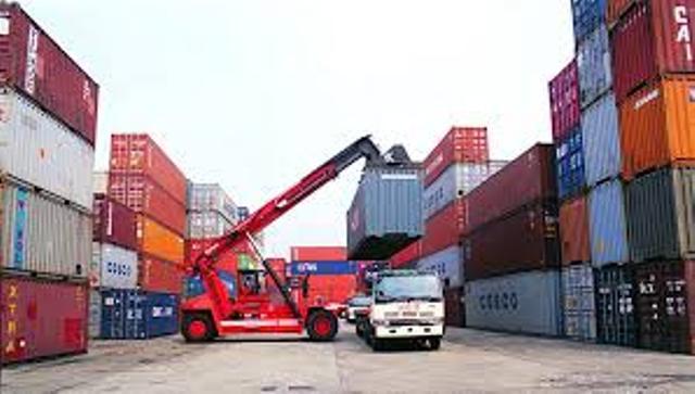 حاويات في الميناء